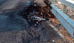 Запаленото ѓубре го стопи асфалтот, Комуналец ја чисти обиколницата