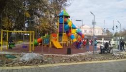 Ред се чека за тобоганите во новиот детски парк