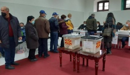 Редици пред некои гласачки места во Битола поради проблемите со уредите за отпечаток од прст