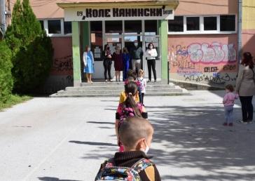 """Со протоколи и посета на градоначалничката на ОУ """"Коле Канински"""", и во Битола почна учебната година"""